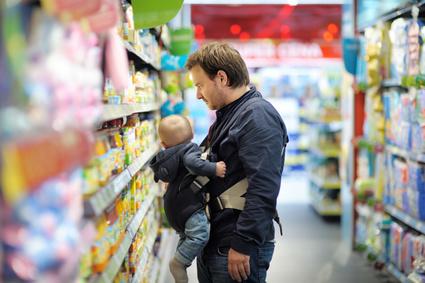 男性も抱っこひもを使用して育児参加